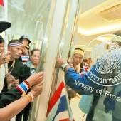 Oppositionelle stürmen Ministerien in Bangkok