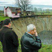 Teich versinkt in riesigem Erdloch