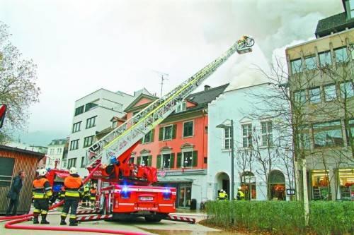 Die Feuerwehren bekämpften rund zwei Stunden lang den Brand in der Bregenzer Innenstadt. Fotos:vol.at/pletsch, leserreporter/rene