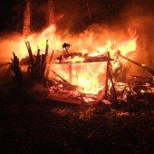 Waldhütte ging in Flammen auf