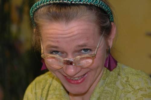 Eine bunte Mischung aus Kabarett, Musik, Theater, Literatur, Jassen und Essen bildet den Rahmen für das Mundartfestival in Hohen- ems. Frau Heimpel alias Elke Riedmann bringt den Besuchern am Donnerstag den Lustenauer Dialekt näher. foto: mshh