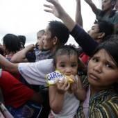 Taifun-Opfer bekommen erste Hilfsgüter geliefert