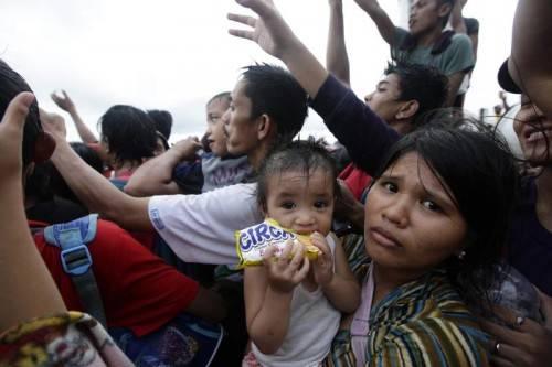 Erste Hilfsgüter werden an die verzweifelten Opfer verteilt. Hunderttausende Überlebende warten seit Tagen auf Hilfe. Foto: EPA