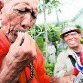Trillerpfeifenkonzert gegen die thailändische Regierung