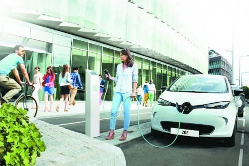 Großserienhersteller bringen neue E-Autos E-Mobilität ist mehr als nur E-Auto. Dennoch liegt das Hauptaugenmerk der emissionsfreien Mobilität auf vier Rädern. Mittlerweile haben die meisten Großserienhersteller E-Autos im Angebot. Und täglich kommen neue dazu. Auch in die Ladeinfrastruktur wird weiter kräftig investiert. Alleine in Deutschland sollen 2020 eine Million Autos einen E-Antrieb haben.