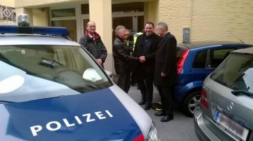 Mario Breuss, Heinrich Metzler, Karl-Heinz Wüschner und Hans-Peter Ludescher gratulierten sich nach der Festnahme gegenseitig. Foto: polizei