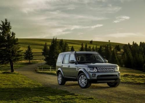 Neues Gesicht, überarbeitete Technik. Der Land Rover Discovery geht stolz mit der Modellbezeichnung auf der Motorhaube an den Start.