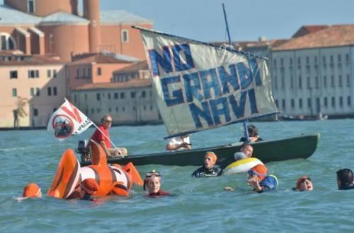 """""""No Grandi Navi"""" (""""Keine großen Schiffe"""") protestierten bereits im September einige Aktivisten. Foto: EPA"""