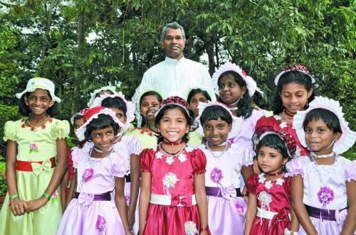 Pfarrer Georg aus Hohenems fliegt jeden Sommer nach Indien, um neue Häuser einzuweihen und die Waisenkinder zu besuchen. Foto: Privat