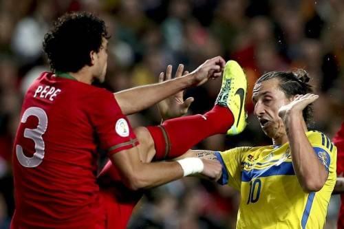 Portugals Verteidiger Pepe (l.) schont sich nicht – und schon gar nicht Schwedens Superstar Zlatan Ibrahimovic (r.). Foto: epa