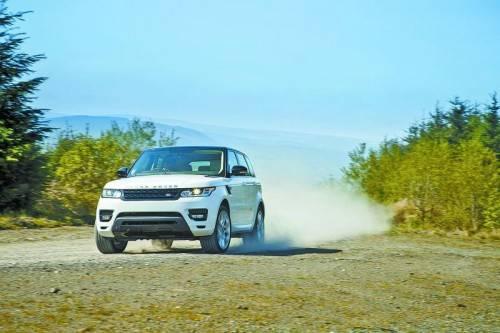 Range Rover Sport: Mit eigenständig schärferem Karosserieschnitt steht er offroad dem großen Rangie kaum nach.