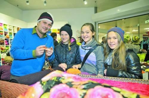 Stefanie Denifl (2. v. r.) und ihre Freundinnen holten sich Tipps von Profihäkler Thomas Jaenisch. Fotos: VN/Paulitsch