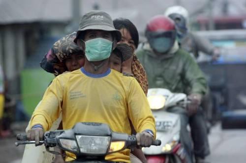 Tausende Menschen sind nach einem Vulkanausbruch auf der Insel Sumatra auf der Flucht. Foto: epa