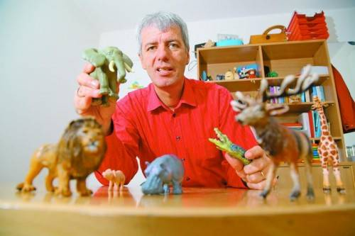 Tierisch geht es zu, wenn Hannes Berthold in seiner psychologischen Arbeit eine Familienaufstellung vornimmt. Foto: VN/Hofmeister