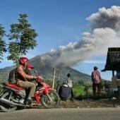 Immer mehr Menschen fliehen vor Vulkan Sinabung