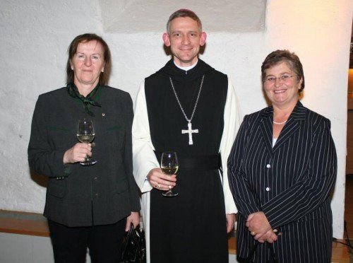Anselm van der Linde flankiert von Monika Sauermoser (l.) und Andrea Helbok. Fotos: baha