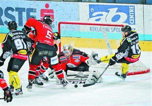 Chris D'Alvise (r.) prüft Znojmo-Torhüter Sasu Hovi. Der Dornbirn-Stürmer zeigte in den letzten sechs Spielen mit ebenso vielen Toren auf. Foto: gepa