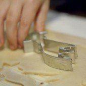 Finger steckte in Keksform fest