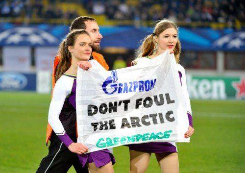 Die Greenpeace-Aktivistinnen protestierten vor dem Anpfiff im Happelstadion gegen den russischen Ölkonzern Gazprom. Foto: gepa