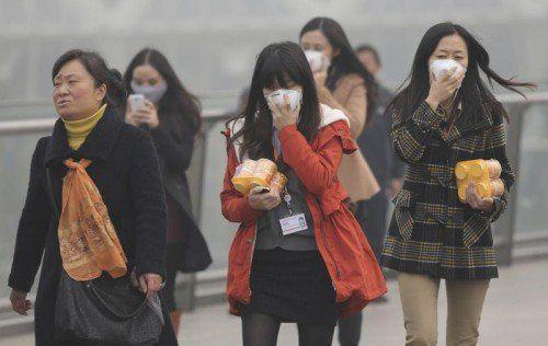 Die Smogwerte in Schanghai erreichen ein extrem gefährliches Niveau. Ärzte warnen vor gesundheitlichen Risiken. Foto: ap