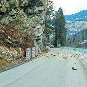 Felsbrocken verlegen Straße in Tschagguns