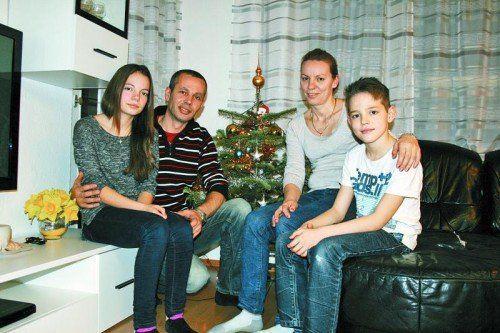 """dornbirn. """"Wir feiern Weihnachten wie jedes Jahr seit unserer Ankunft in Österreich. Das heißt, daheim in Dornbirn, im Kreis der Familie mit Christbaum, Geschenken – wenn auch nur wenigen – und Weihnachtsessen."""" Acht Jahre ist es nun her, seit Arber Krasniqi (37) mit seiner Frau Drita (37) und den Kindern Pal (16), Paulina (14) und Patrik (11) den Kosovo verlassen hat, nachdem der Familienvater zwei Schussattentate überlebt hatte. Bis er den Nachweis für die Anschläge auf sein Leben erbringen konnte, vergingen vier Jahre. Bis zu diesem Zeitpunkt lebte die Familie in ständiger Angst vor der Abschiebung. Eine Rückkehr in das Herkunftsland hätte zumindest für Arber den Tod bedeutet. Menü ist kosovarisch Die Krasniqis sind Katholiken und haben darum Weihnachten auch schon im Kosovo gefeiert. So bleibt das Weihnachtsmenü heute Abend traditionell kosovarisch: Pita mit Kürbis und danach Süßigkeiten. """"Mit Magdalena, meiner besten Freundin, feiere ich schon am Nachmittag"""", teilt Paulina mit. Auch ihr älterer Bruder Pal sei noch mit Freunden unterwegs """"um zu feiern"""", bevor am Abend das Familienfest beginnt. Im Kosovo stehen nach 24 Uhr die traditionellen Verwandtschaftsbesuche auf dem Weihnachtsprogramm. """"Das machen wir hier in Österreich aber nicht"""", erklärt Arber Krasniqi, """"hier werden die gegenseitigen Besuche auf den Tag des 25. Dezember verlegt."""" Dabei werde überall, wo man hinkomme, gegessen und getrunken. Für die Krasniqis waren die letzten drei Weihnachten die bisher schönsten in ihrem Leben. Denn es war im Dezember 2009, als ihnen das humanitäre Bleiberecht gewährt wurde. """"Und heute"""", sagt Arber, """"feiern wir unser viertes schönstes Weihnachten."""""""