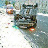 Unfallauto landete auf dem Dach