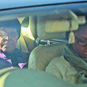 """Ex-Frau Winnie Madikizela-Mandela, die """"Mutter der Nation"""", auf dem Weg ins Krankenhaus. Foto: EPA"""