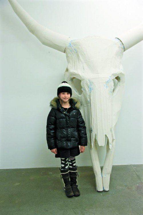 Felizitas mit dem Stierkopf, der wie eine Maske aussieht. Foto: A. Grabher