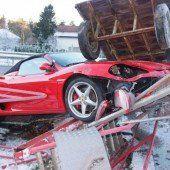 Ferrari prallt gegen Absperrzaun