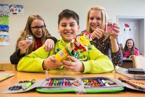 Lena Burtscher, Metehan Kocabay und Lena Kribernegg aus der 3b der Mittelschule Höchst haben das erste Geschenk erhalten. Foto: VN/Steurer