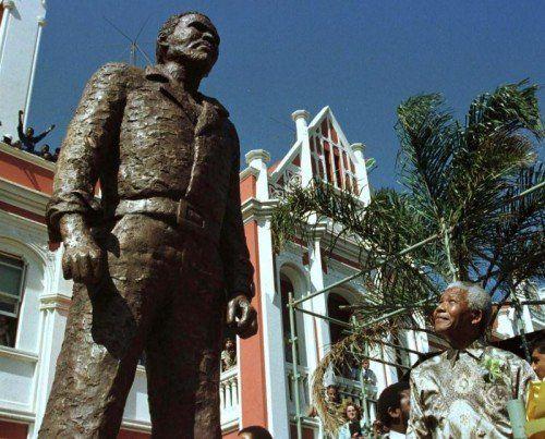 Nelson Mandela blickt zur Statue des getöteten Freiheitskämpfers Bantu Stephen Biko auf. Foto: Reuters