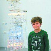 Turm mit leuchtenden Buchstaben