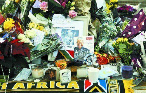 Vor Mandelas Haus in Südafrika kamen Tausende Landsleute zusammen, um mit Blumen und Kerzen Mandelas zu gedenken. Foto: EPA