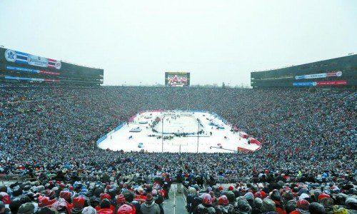 105.491 Zuschauer bildeten beim NHL-Duell zwischen Toronto und Detroit in Michigan die größte Eishockey-Kulisse der Welt. Foto: ap