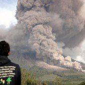 Vulkan Sinabung schleudert Gas und Asche