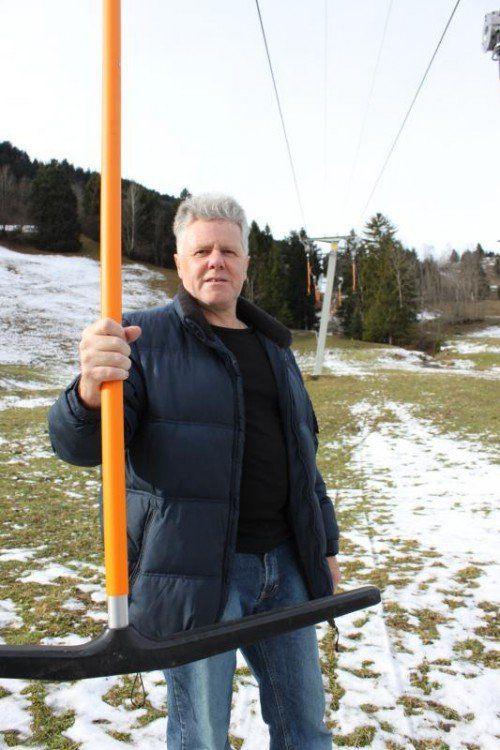 Alles wäre parat, nur das Wetter spielt nicht mit. In Gurtis hofft nicht nur Betriebsleiter Werner Jussel auf Schnee.  Fotos: VN/Stauber