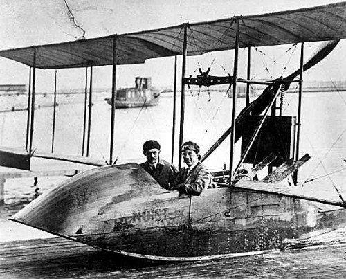Am 1. Jänner 1914 startete in Florida der erste Passagierflug der Geschichte. Der einzige Passagier zahlte für den 23 Minuten kurzen Flug fast den Gegenwert eines Autos. Flugplätze gab es noch nicht, also benutzte die St.-Peterburg-Tampa-Airline ein Flugboot mit zwei Sitzen. Gerade erst zehn Jahre waren vergangen, seit den Gebrüdern Wright im Dezember 1903 der erste anerkannte Motorflug der Geschichte gelungen war. Sechs Monate nach dem ersten Passagierflug warfen in Europa Zeppeline und Doppeldecker bereits Bomben ab.