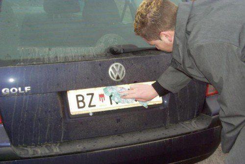 Bei schmutzigen und unlesbaren Kennzeichen drohen dem verantwortlichen Lenker bis zu 70 Euro Strafe. Foto: VN/Meznar