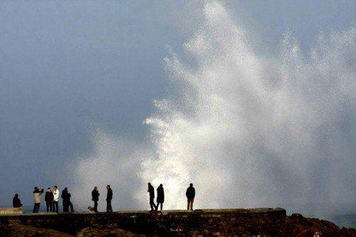 Die riesigen Wellen lockten nicht nur Schaulustige an, sondern verursachten in Spanien und Portugal beträchtliche Sachschäden.  FOTO: EPA