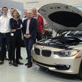 Berufsschüler dürfen an neuem BMW schrauben