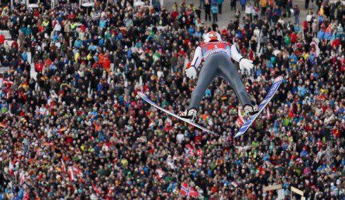 Die vielen Zuschauer in Garmisch-Partenkirchen trieben Thomas Diethart zu seinen Höchstleistungen. Foto: gepa
