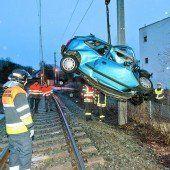 Von Zug erfasst Betrunkener parkt Pkw auf Gleis /b1