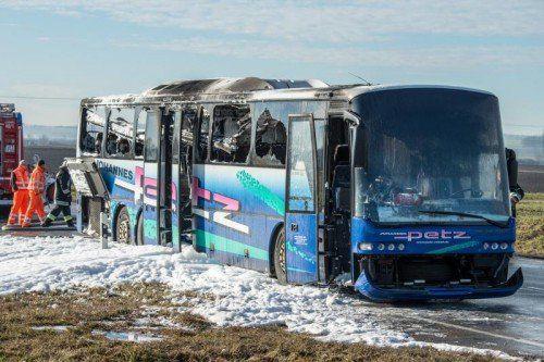 Ein ausgebrannter Bus steht am 07.01.2014 nahe Essenbach (Bayern) auf der Bundesstraße 15. Die 62 Grundschüler und drei Lehrer seien jedoch rechtzeitig aus dem Fahrzeug gekommen, sagte ein Polizeisprecher. Foto: Armin Weigel/dpa +++(c) dpa - Bildfunk+++