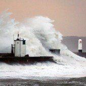Sturmfluten vor britischer und französischer Küste