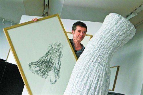 Bildhauer Albrecht Zauner mit Zeichnung und Skulptur. Foto: VN/KH