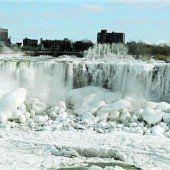 Niagarafälle präsentieren sich im spektakulären Winteroutfit