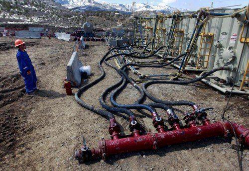 """""""Hydraulic fracturing"""", kurz Fracking, in Colorado. Wasser und Chemiekalien werden mit Hochdruck ins Erdreich gepresst.  Foto:AP/Brennan Linsley"""