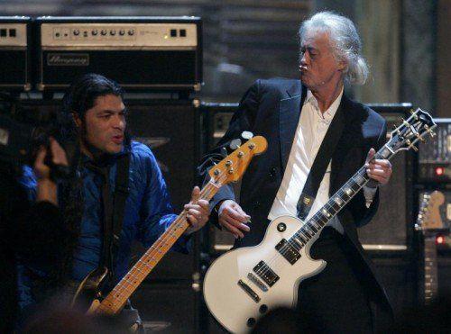 Jimmy Page in Aktion bei einem gemeinsamen Auftritt mit Metallica- Bassist Robert Trujillo in Cleveland. Foto: epa