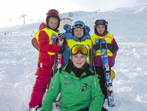 Erste Schritte im Schnee Feature Ski Skifahren Skischule Kinder lernen Skifahren von rechts Alina Rest, der Bub Ole Henrichs und die Dritte im Bund Lotta Gerler skilehrerin Alisa Bitschnau